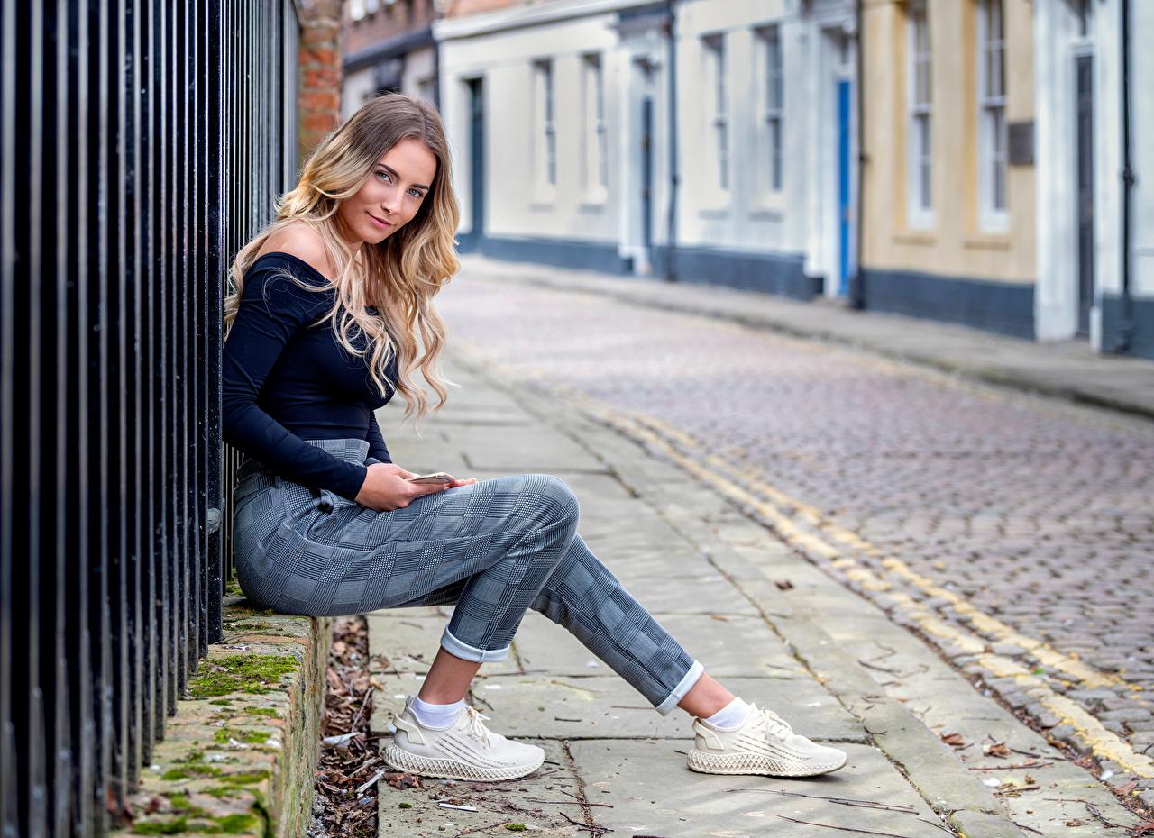 Картинки Улыбка Wikky Девушки Улица сидящие Взгляд улыбается девушка молодая женщина молодые женщины улиц улице сидя Сидит смотрит смотрят