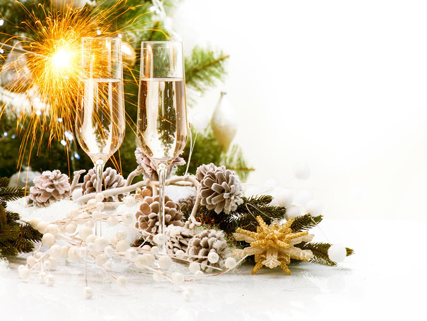 Фото Рождество Бенгальские огни Шампанское Пища бокал Шишки белым фоном Новый год Игристое вино Еда шишка Бокалы Продукты питания Белый фон белом фоне