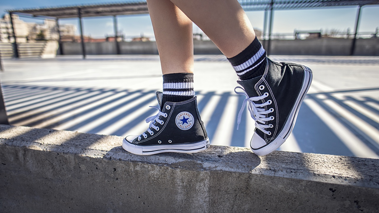 Картинки кедах Converse Ноги Крупным планом Кеды кедами ног вблизи