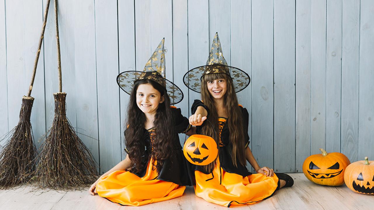 Фото девочка улыбается ребёнок Двое Тыква шляпы хэллоуин сидя Руки Стена Униформа Девочки Улыбка Дети 2 два две Шляпа шляпе вдвоем Хеллоуин рука стены стене Сидит стенка сидящие униформе