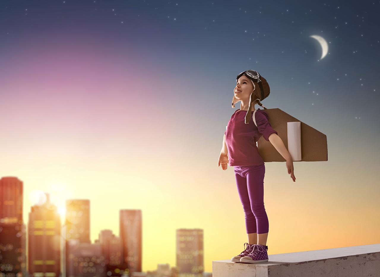 Фото Девочки шлема улыбается ребёнок Очки ночью девочка Шлем в шлеме Улыбка Дети Ночь очков очках в ночи Ночные