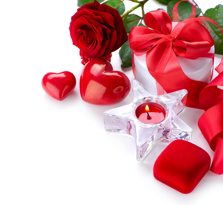 Фотографии День святого Валентина Сердце Розы Красный Цветы Подарки Коробка Свечи Бантик Белый фон