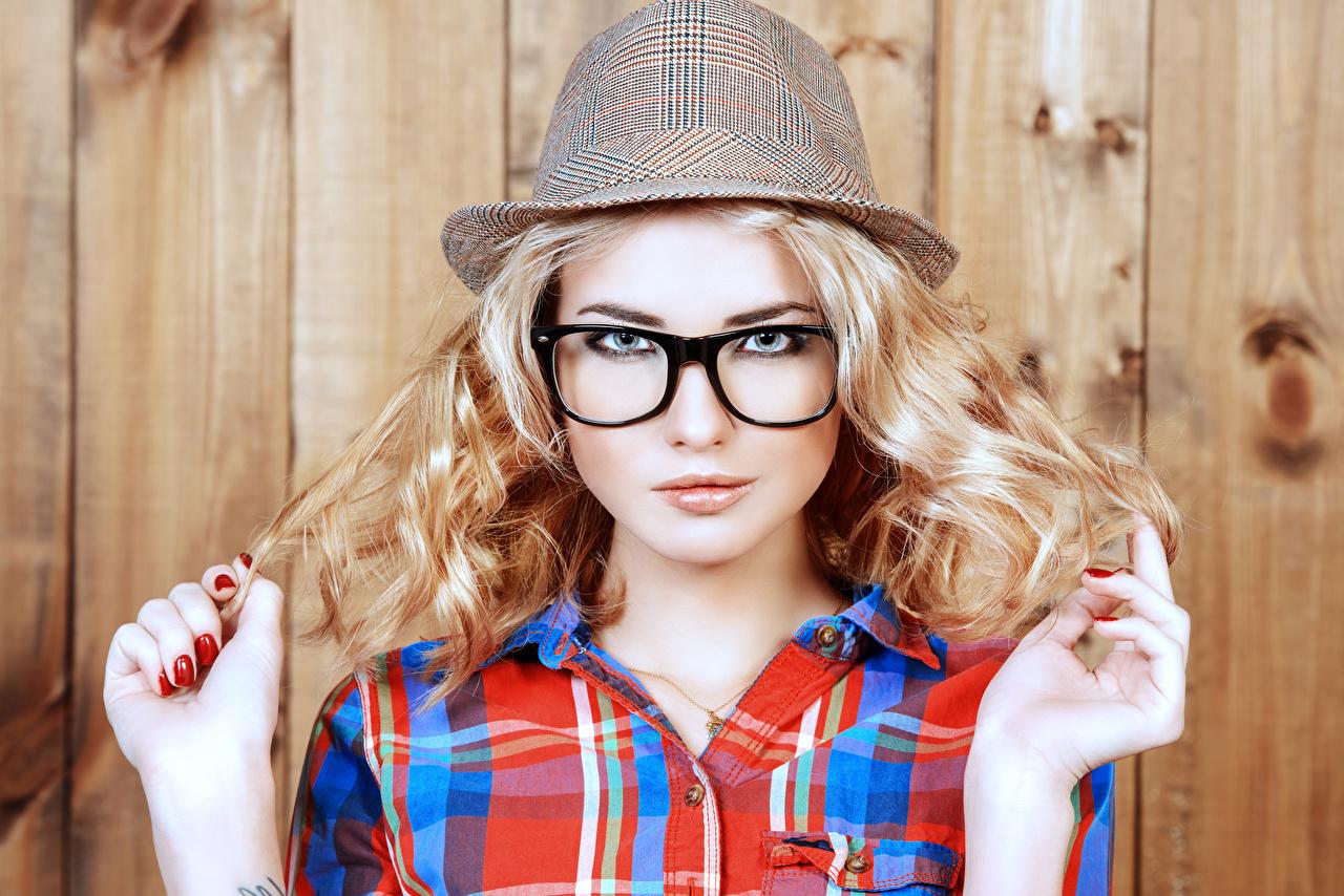 Фото Блондинка шляпы молодая женщина Руки Очки Взгляд Доски блондинок блондинки Шляпа шляпе Девушки девушка молодые женщины рука очках очков смотрят смотрит