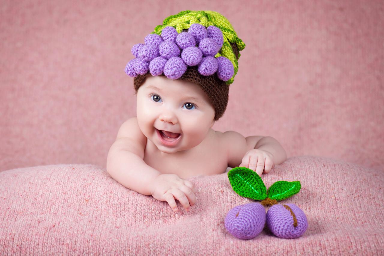 Обои для рабочего стола грудной ребёнок улыбается ребёнок шапка Сливы Дизайн младенца младенец Младенцы Улыбка Дети Шапки в шапке дизайна