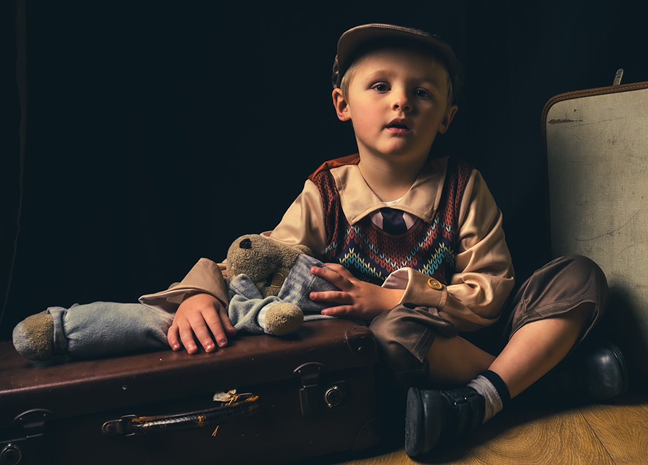 Фотография мальчишка ребёнок чемоданом Сидит кепкой Игрушки мальчик Мальчики мальчишки Дети Чемодан чемоданы сидя сидящие Кепка кепке игрушка Бейсболка