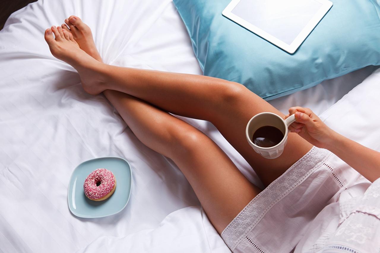 Фотографии Кофе Девушки Пончики Ноги девушка молодые женщины молодая женщина ног
