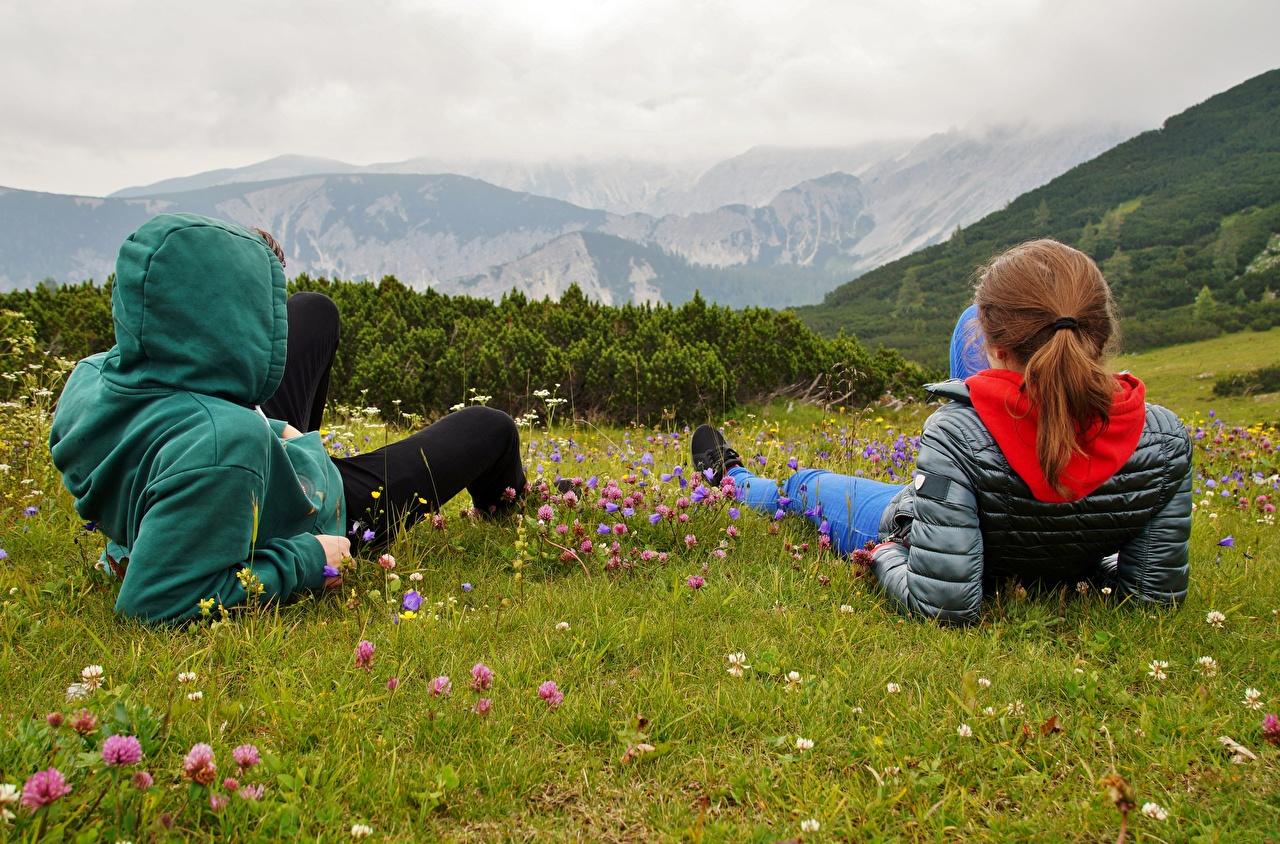 Картинки Рыжая Альпы Австрия Горы Куртка вдвоем Природа отдыхает Трава Капюшон 2 Двое Отдых релакс