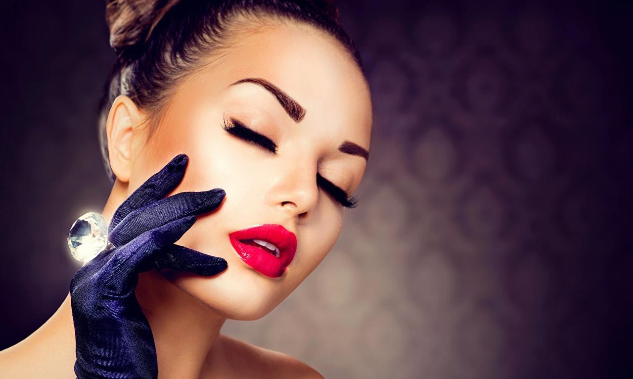Картинки Перчатки косметика на лице алмаз обработанный Лицо Девушки рука Красные губы мейкап Макияж перчатках Бриллиант лица девушка молодая женщина молодые женщины Руки красными губами