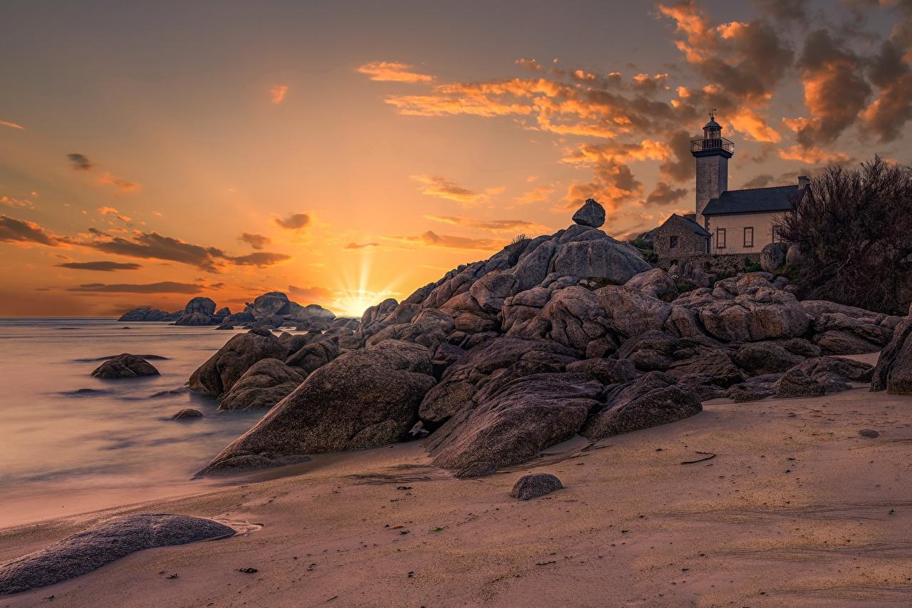 Картинка Франция Bretagne, Pontusval lighthouse Маяки Природа Небо Рассветы и закаты Камни Побережье маяк рассвет и закат берег Камень