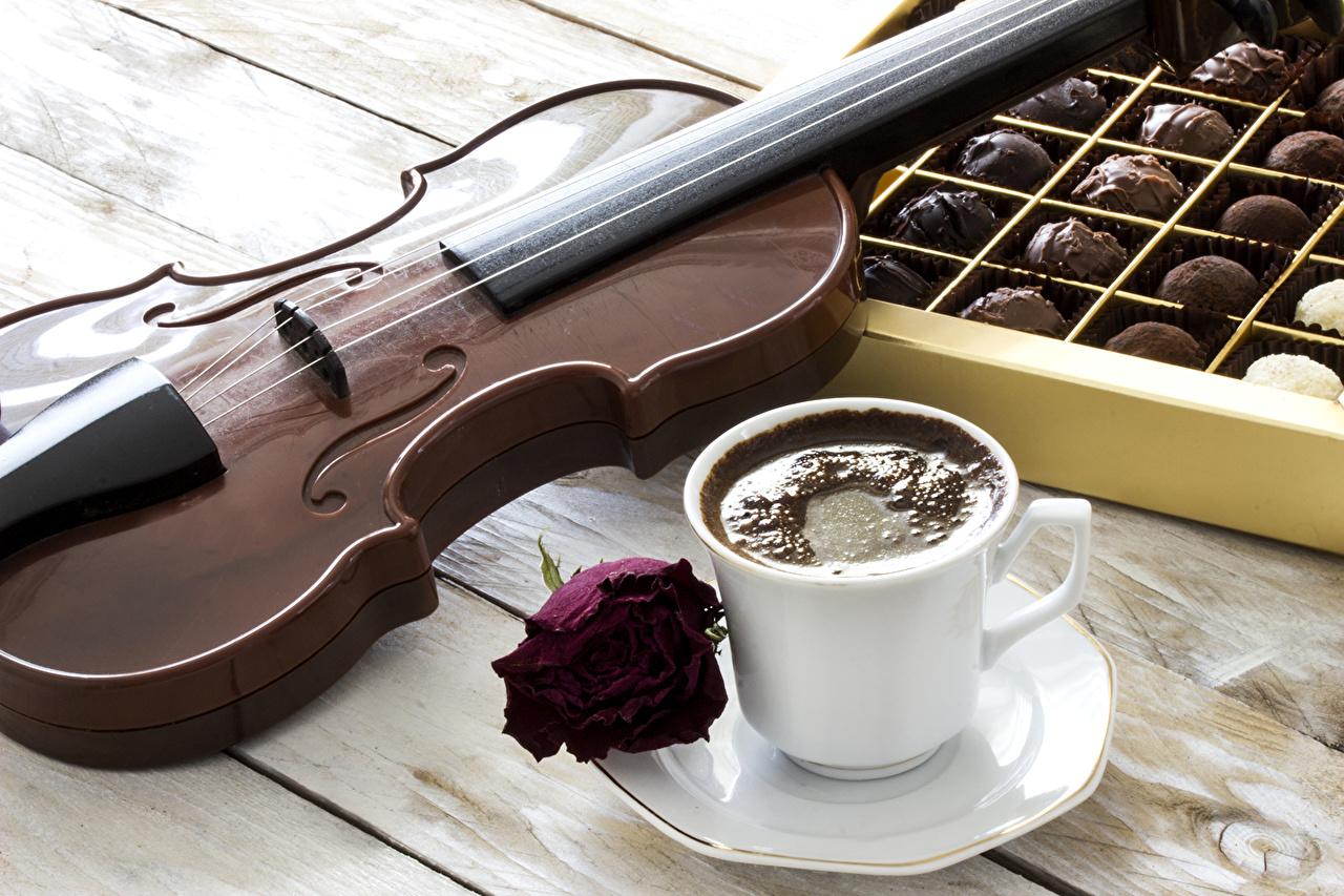Обои для рабочего стола Скрипки Кофе роза Конфеты Еда чашке блюдца Натюрморт Доски скрипка Розы Пища Чашка Блюдце Продукты питания