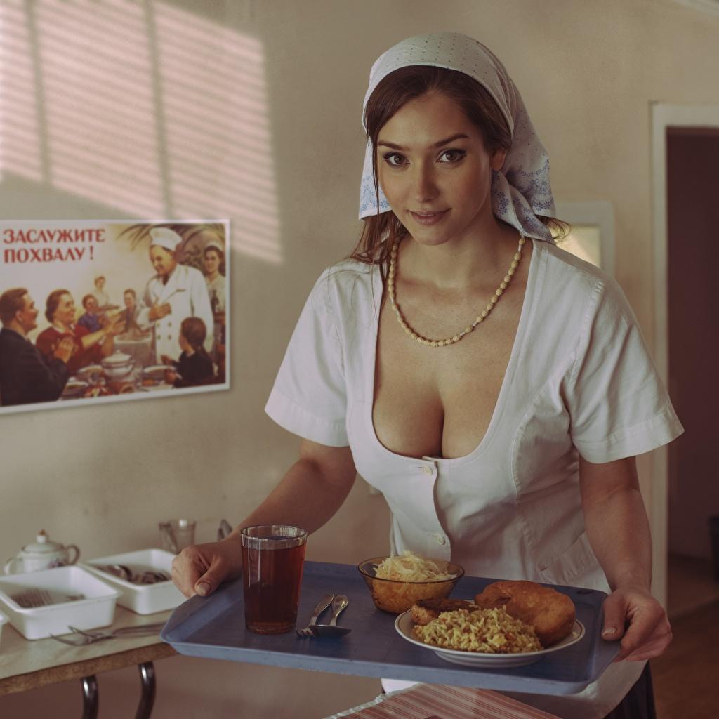 Картинка Поднос красивая вырез на платье Завтрак Девушки смотрят Декольте Красивые красивый девушка молодая женщина молодые женщины Взгляд смотрит