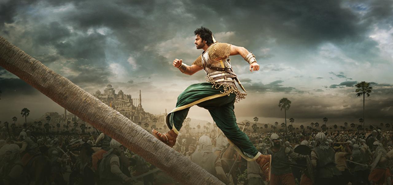 Фото Бахубали: Рождение легенды мужчина бегущий Prabhas, Telugu, Tamil Бревна кино Бахубали: Завершение Мужчины Бег бежит бегущая бревно Фильмы