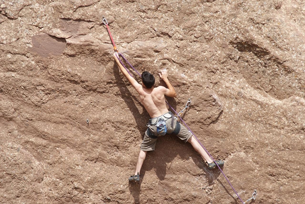 Картинка Мужчины Альпинист Спина Скала Альпинизм спортивная Ноги стены мужчина альпинисты спины Утес Спорт скалы скале спортивный спортивные ног стене Стена стенка
