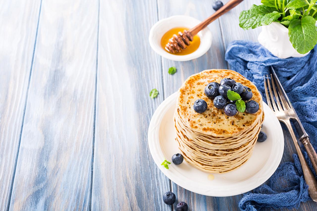 Картинки Мед Блины Черника Еда тарелке Вилка столовая Доски Пища вилки Тарелка Продукты питания
