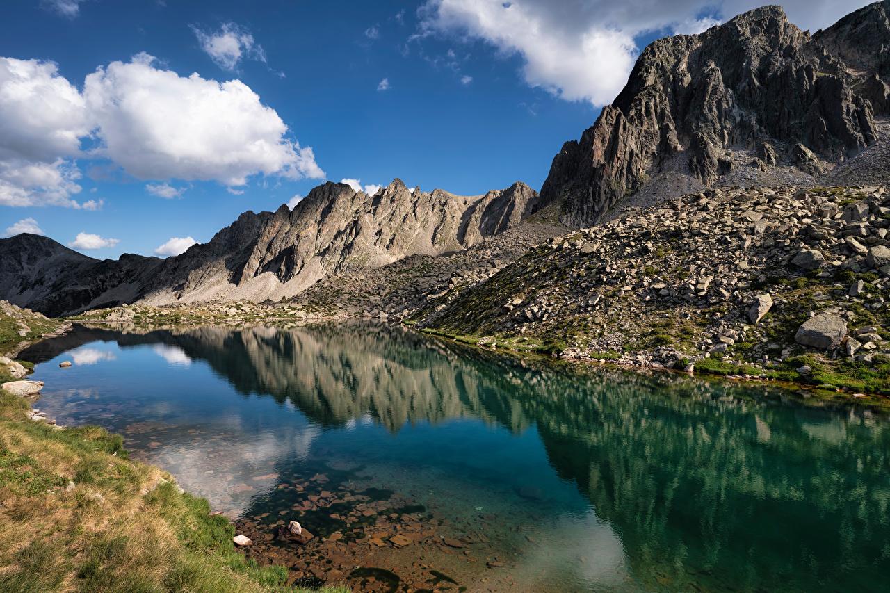 Обои для рабочего стола Lake Pessons, Andorra гора Природа Озеро Камни облачно Горы Камень Облака облако