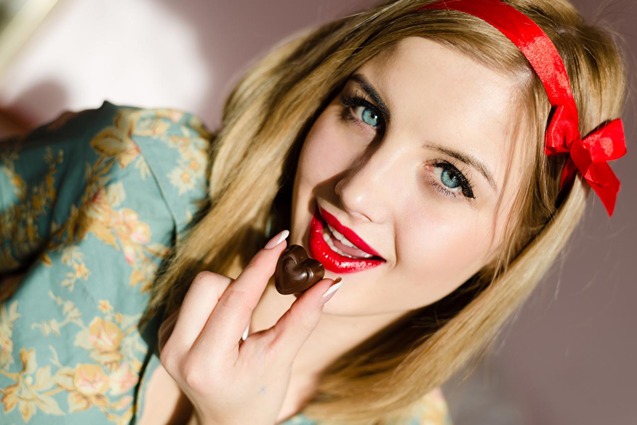 Картинки Блондинка Сердце Шоколад лица девушка Пальцы красными губами блондинок блондинки серце сердца сердечко Лицо Девушки молодые женщины молодая женщина Красные губы