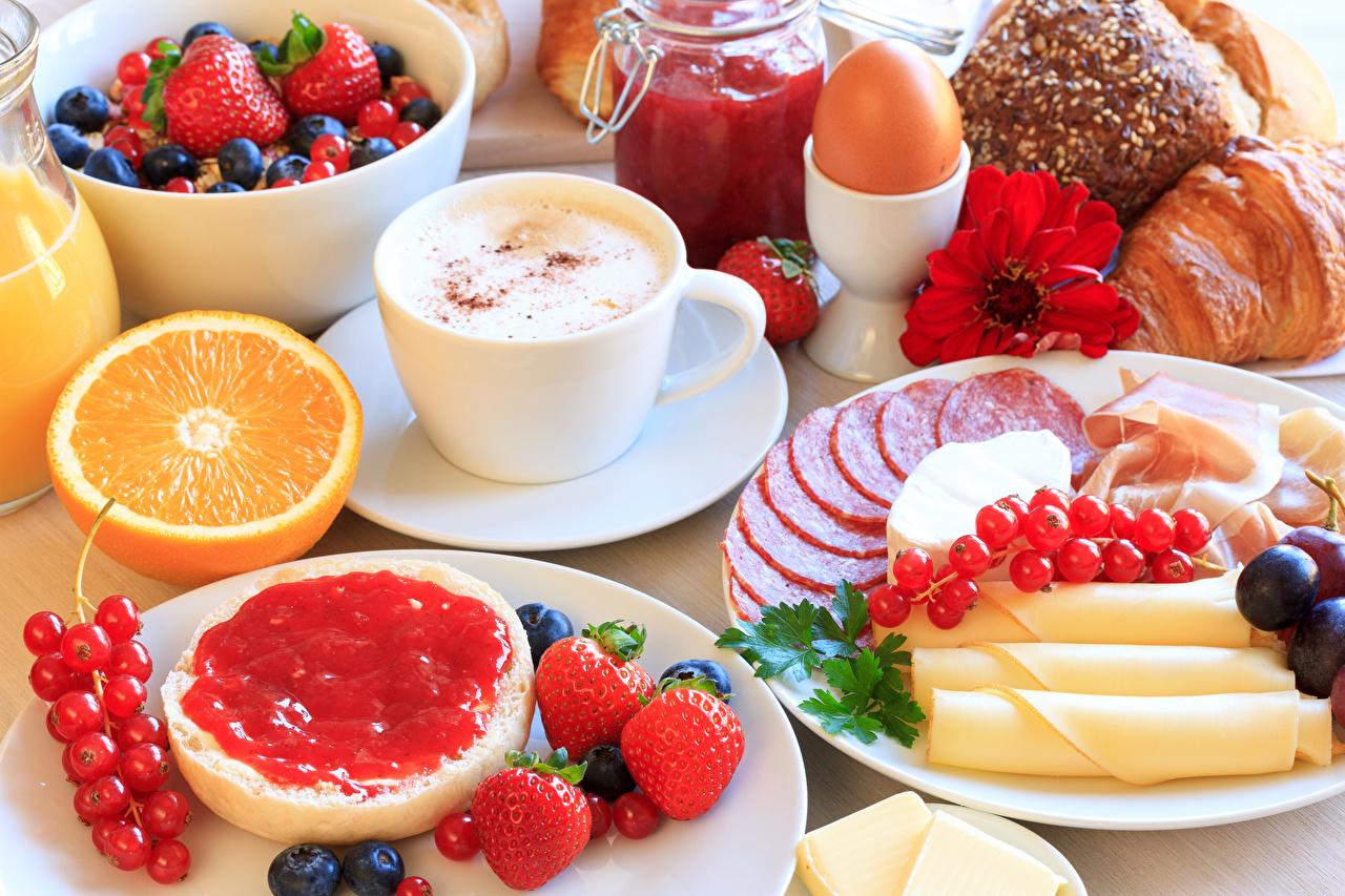 Фото яиц Завтрак Варенье Колбаса Капучино Сыры Клубника Смородина Пища чашке яйцо Яйца яйцами джем Повидло Еда Чашка Продукты питания