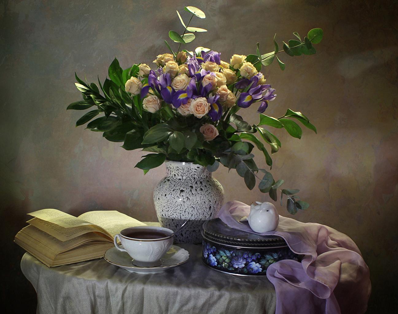 Фотография букет Чай роза ирис цветок вазы чашке Книга Натюрморт Букеты Розы Цветы Ирисы вазе Ваза Чашка книги