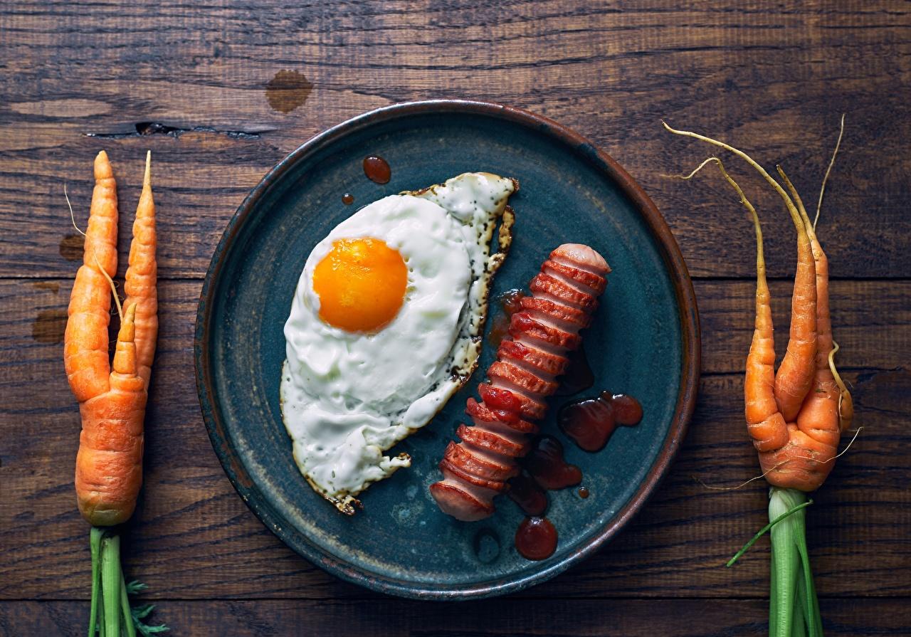 Обои для рабочего стола яичницы Морковь Сосиска Сковородка Пища Яичница глазунья сковороде сковорода Еда Продукты питания