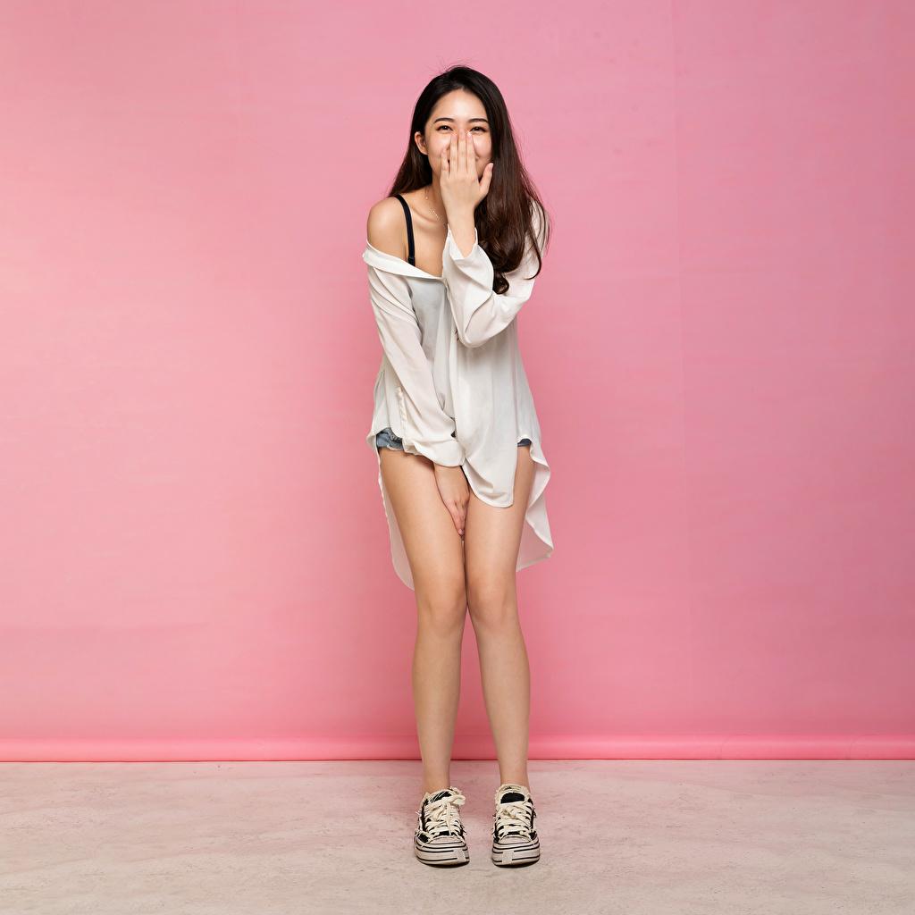 Картинка Шатенка смеется позирует молодые женщины ног азиатка рука шатенки Смех смеются Поза девушка Девушки молодая женщина Ноги Азиаты азиатки Руки