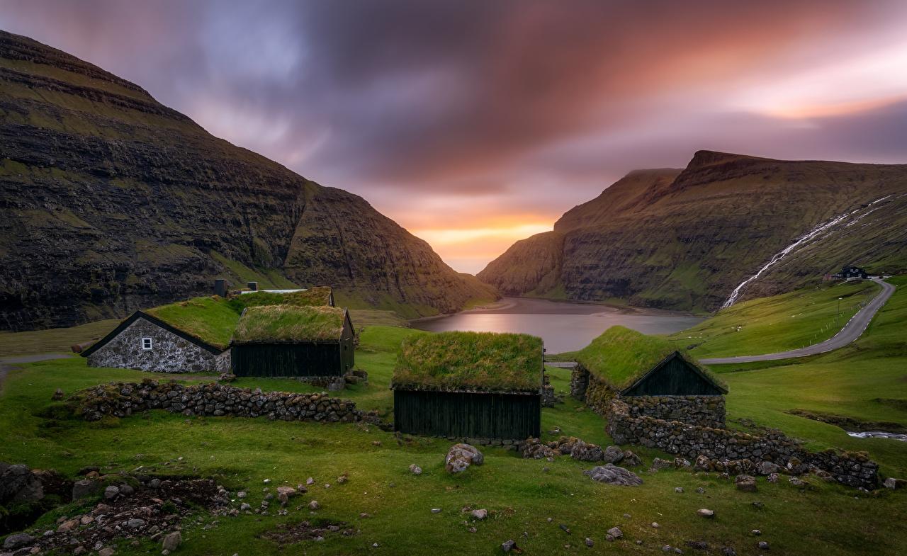 Обои для рабочего стола Saksun, Faroe Islands гора Природа рассвет и закат Камни траве Дома Горы Рассветы и закаты Трава Камень Здания