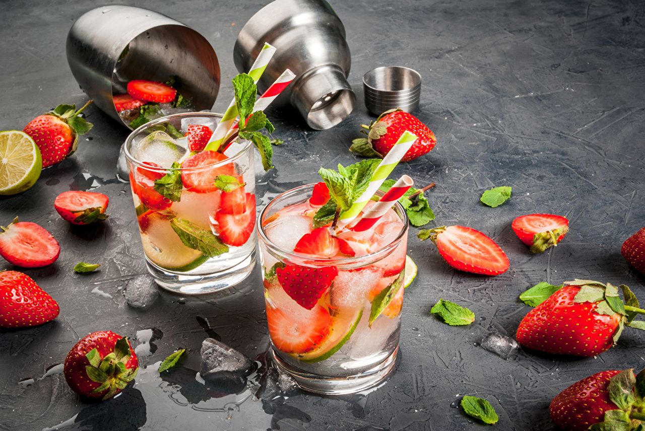 Фотография Двое Стакан Клубника Еда Напитки 2 два две вдвоем стакана стакане Пища Продукты питания