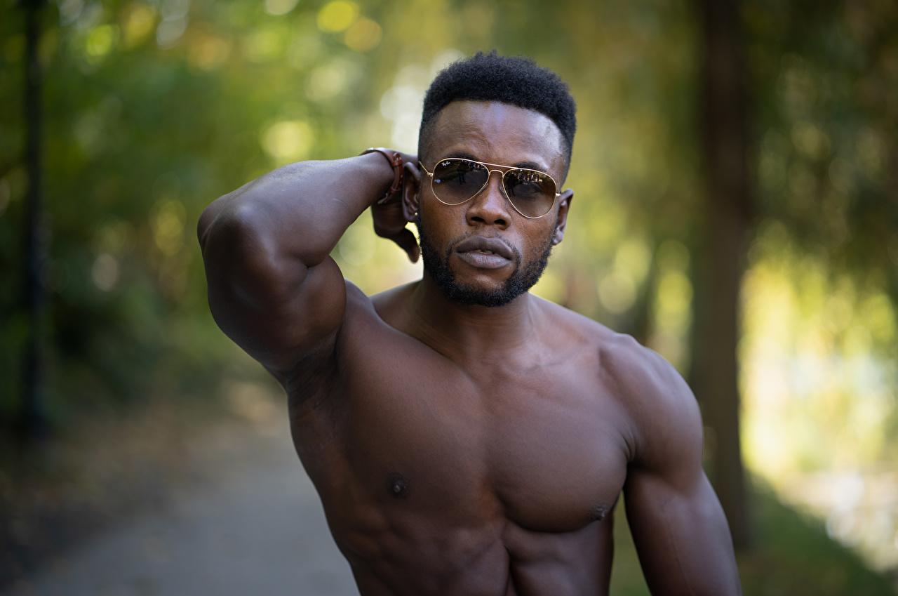 Обои для рабочего стола Мышцы мужчина Размытый фон негры Очки Мужчины мускулы боке Негр очков очках