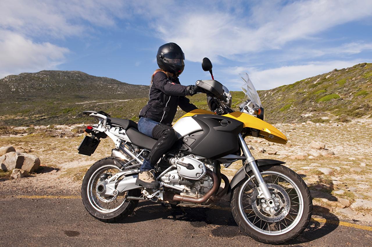 Фотография Шлем молодые женщины Мотоциклист шлема в шлеме девушка Девушки молодая женщина