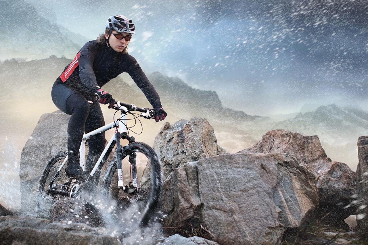 Картинки Шлем Велосипед Спорт Снег скорость Камень Униформа едущий Движение Камни