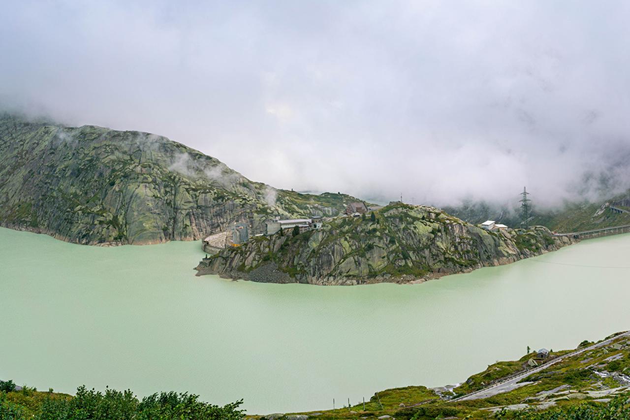 Обои для рабочего стола Швейцария Lake Grimsel тумана скалы Природа Озеро Сверху Туман тумане Утес скале Скала