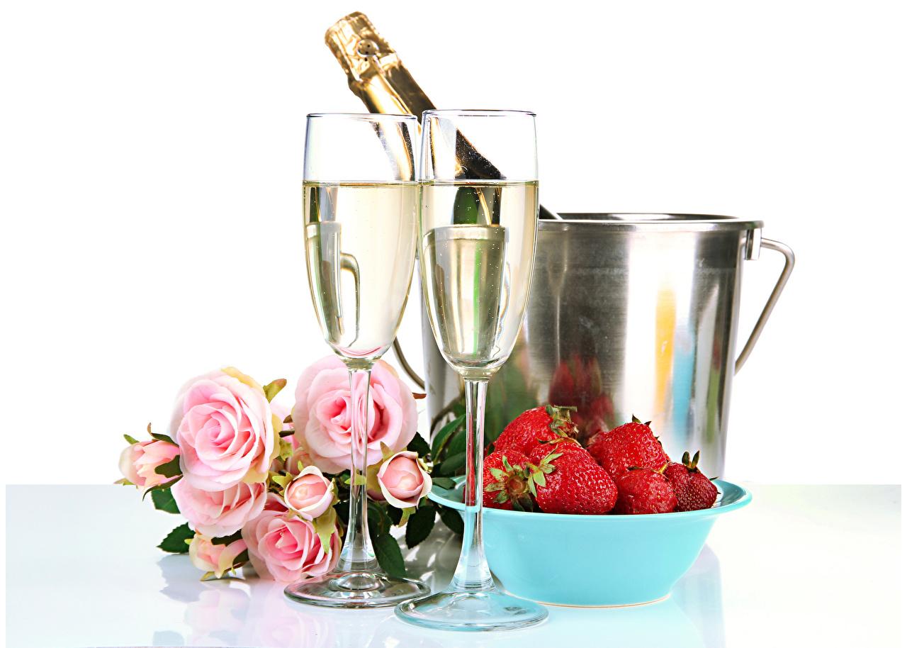 Фотография Розы Игристое вино Цветы Клубника Пища бокал Праздники белом фоне Шампанское Еда Бокалы Продукты питания Белый фон белым фоном