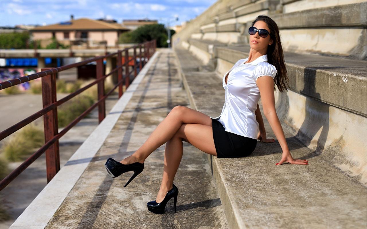 Картинки Шатенка девушка ног Очки сидящие туфлях шатенки Девушки молодая женщина молодые женщины Ноги сидя очков очках Сидит Туфли туфель