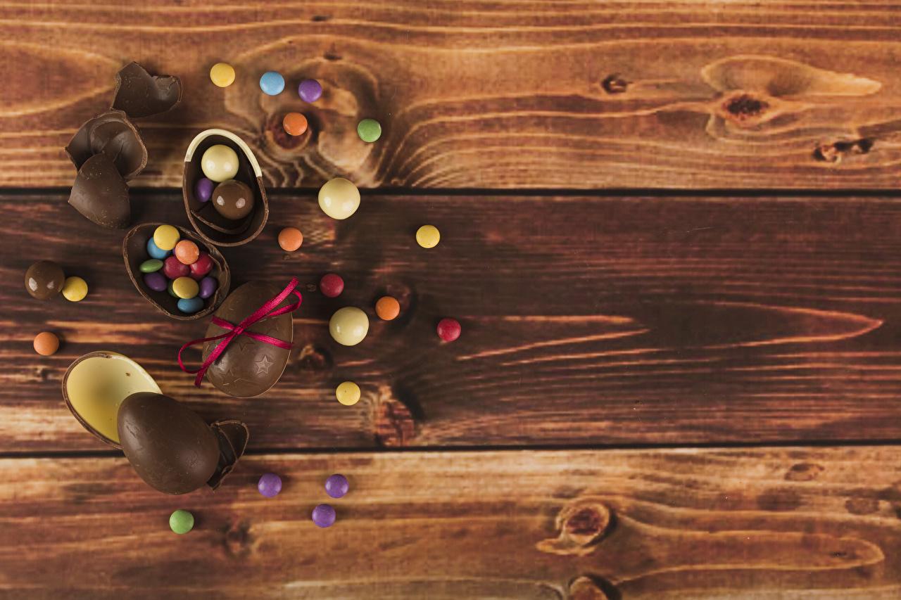 Картинки Пасха Яйца Шоколад Конфеты Продукты питания Доски Еда Пища