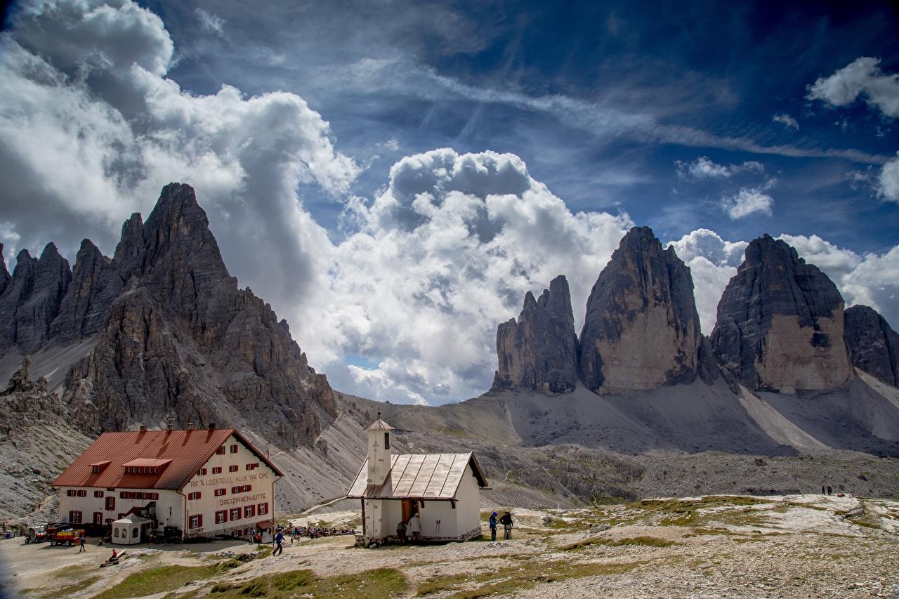 Картинки альп Италия Tre Cime di Lavaredo, South Tyrol гора Скала Природа Дома облако Альпы Горы Утес скалы скале Здания Облака облачно