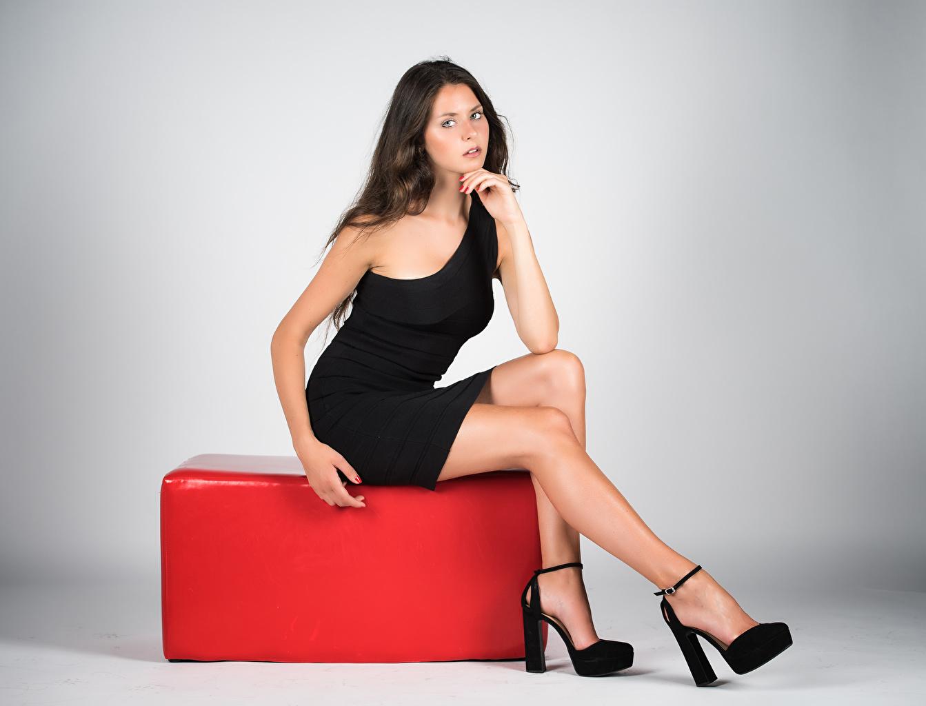 Фотография фотомодель Margherita Поза Девушки ног Сидит смотрят платья Модель позирует девушка молодая женщина молодые женщины Ноги сидя сидящие Взгляд смотрит Платье