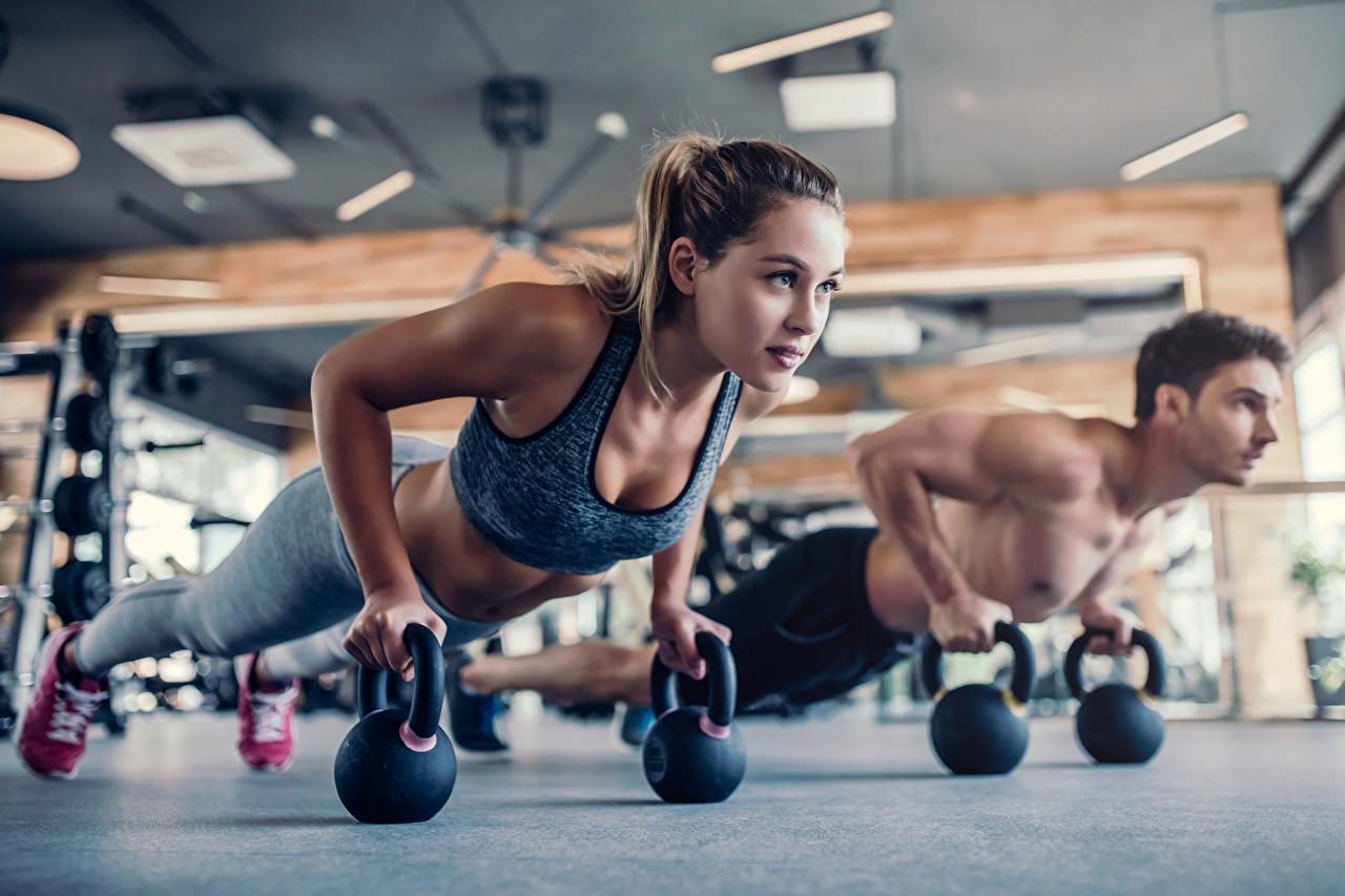 Картинки молодые женщины шатенки Отжимание мужчина физическое упражнение Фитнес Двое Планка упражнение девушка Девушки молодая женщина Шатенка отжимается отжимаются Мужчины Тренировка тренируется 2 два две вдвоем