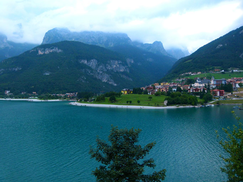 Картинка Италия Molveno гора Озеро город Здания Горы Дома Города