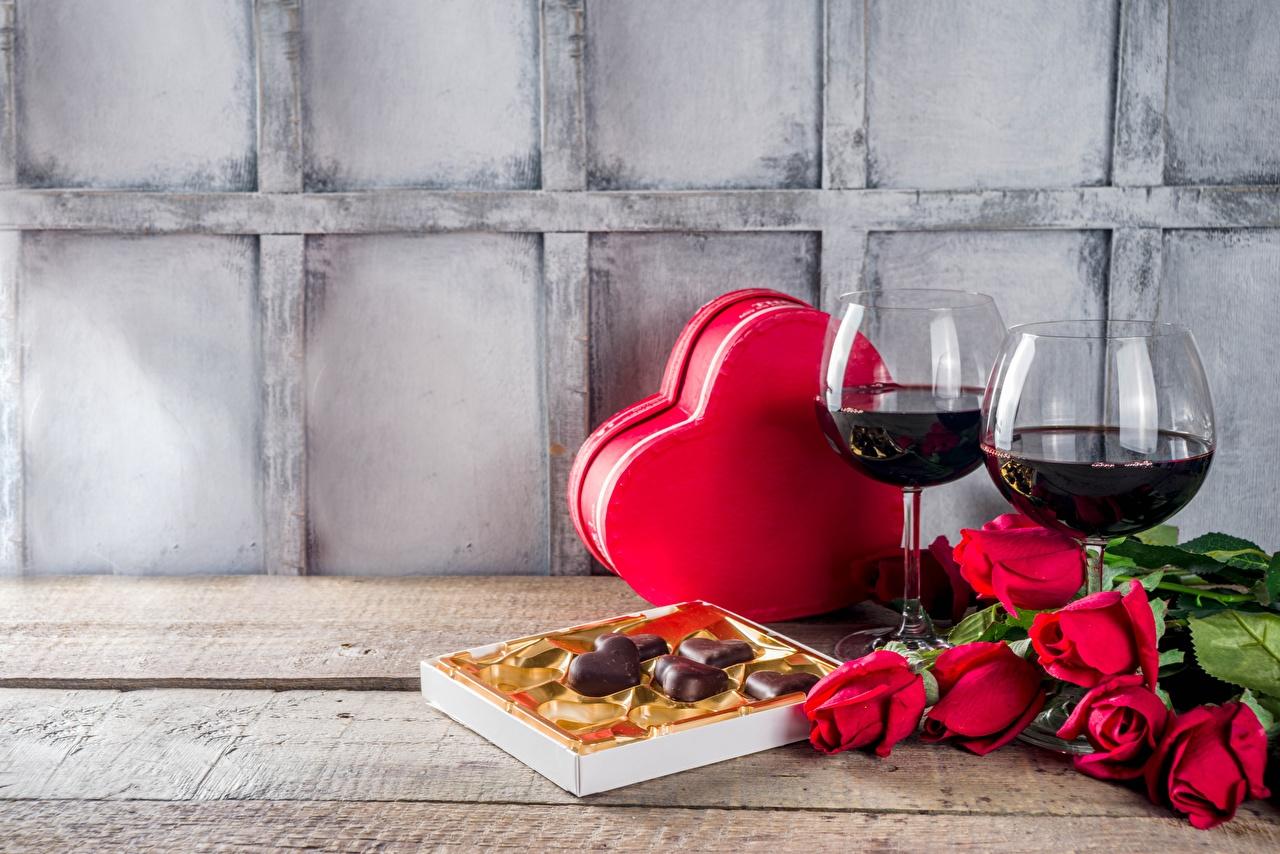 Фото День всех влюблённых Сердце Вино Розы Конфеты Цветы коробке Еда Бокалы День святого Валентина серце сердца сердечко роза цветок коробки Коробка Пища бокал Продукты питания