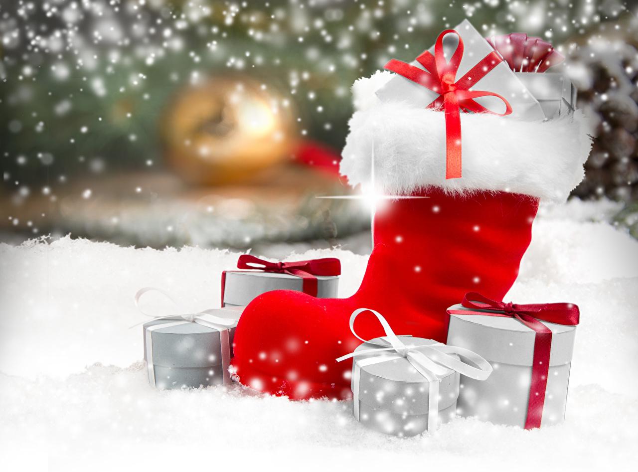 Картинки Новый год сапог Размытый фон снеге подарок бант Рождество Сапоги сапогов сапогах боке Снег снега снегу Подарки подарков Бантик бантики