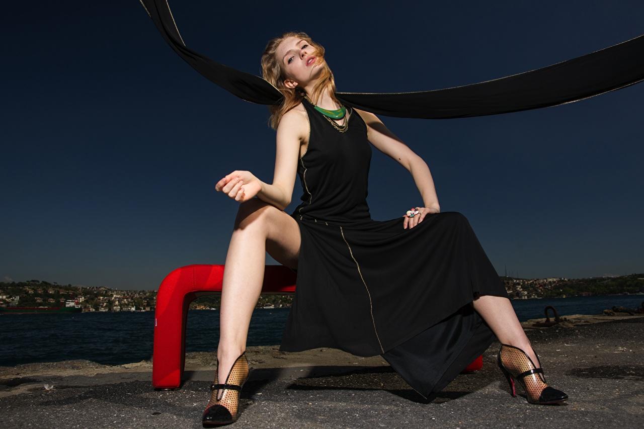 Обои для рабочего стола шатенки Девушки ног рука Вечер сидящие платья Туфли Шатенка девушка молодая женщина молодые женщины Ноги Руки сидя Сидит Платье туфель туфлях