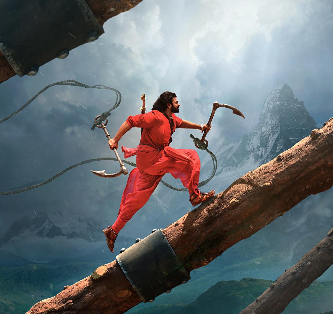 Фотографии Бахубали: Рождение легенды Мужчины Бег Prabhas Бревна кино Бахубали: Завершение мужчина бежит бегущая бегущий бревно Фильмы