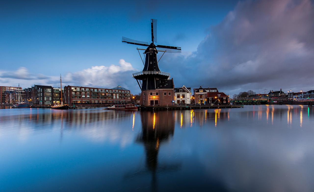 Фотография Нидерланды ветряная мельница Papentorenvest, Haarlem Вечер заливы Дома город голландия мельницы Мельница Залив залива Здания Города