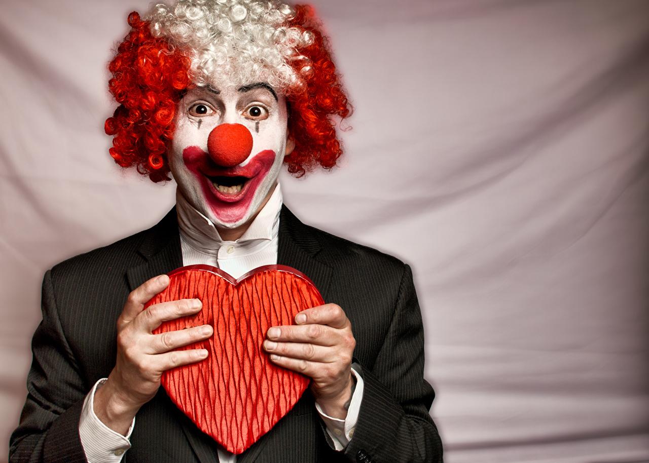 Картинка День святого Валентина Мужчины сердца клоуна Пальцы День всех влюблённых серце Сердце сердечко Клоун клоуны