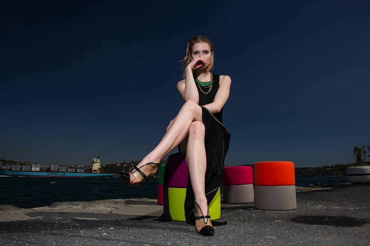 Фотография шатенки девушка ног рука Вечер Сидит Платье Туфли Шатенка Девушки молодая женщина молодые женщины Ноги Руки сидя сидящие платья туфель туфлях