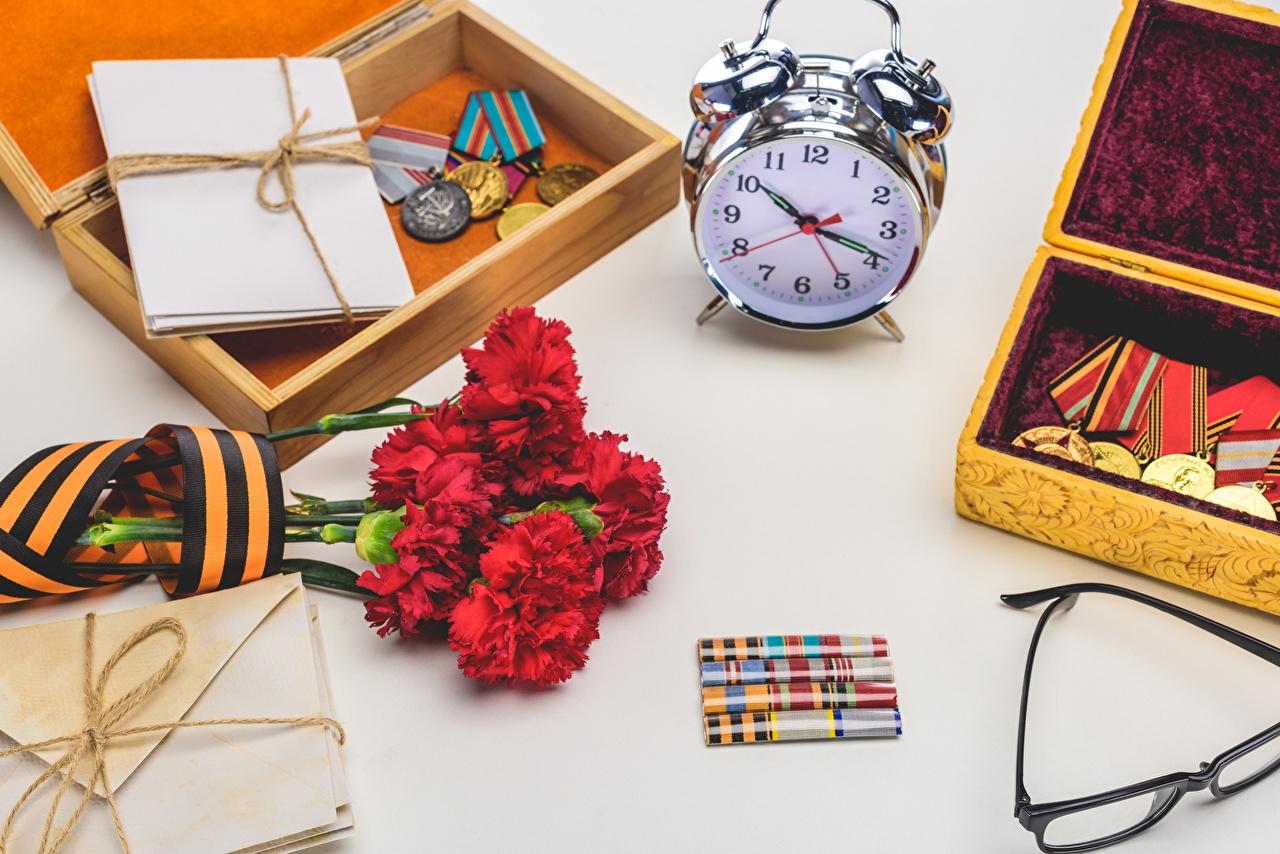 Картинки День Победы Часы Цветы гвоздика Будильник Медаль Праздники 9 мая цветок Гвоздики медали