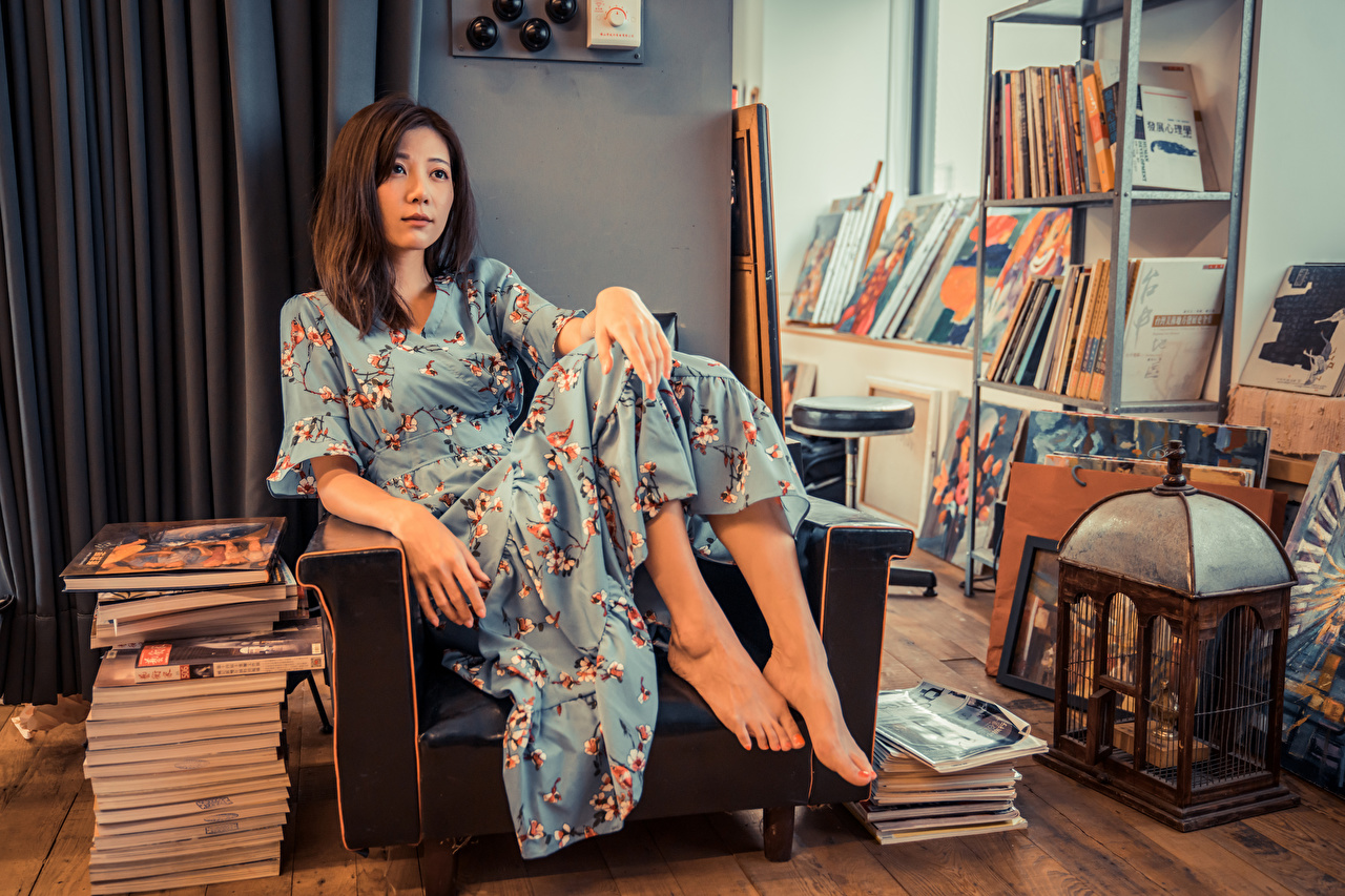 Обои для рабочего стола молодая женщина Азиаты книги Кресло платья девушка Девушки молодые женщины азиатки азиатка Книга Платье