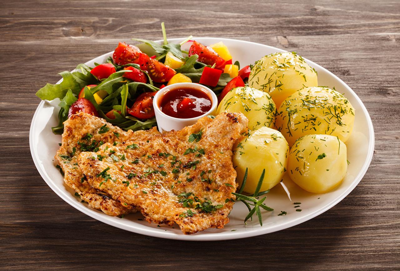 Фотографии картошка кетчупа Еда тарелке Мясные продукты Вторые блюда Картофель Кетчуп кетчупом Пища Тарелка Продукты питания