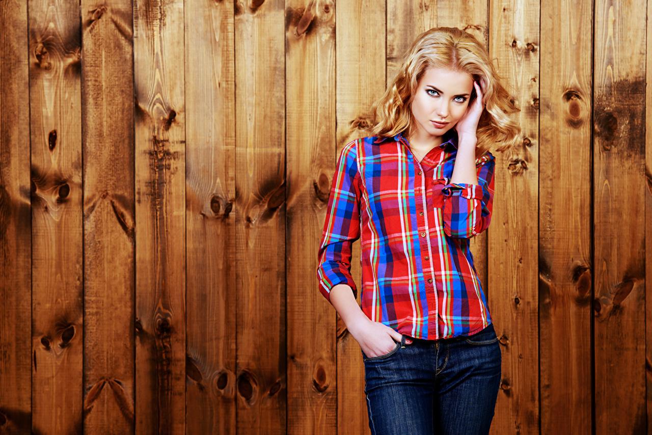 Фотография Блондинка рубашке Девушки Стена смотрит Доски блондинки блондинок Рубашка рубашки девушка молодая женщина молодые женщины стене стены стенка Взгляд смотрят