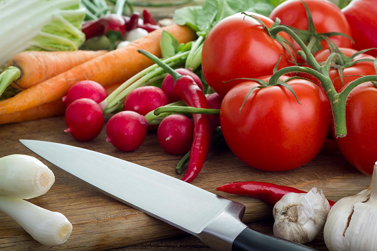 Фотографии Нож Томаты морковка Чеснок Еда Овощи Перец ножик Морковь Помидоры Пища перец овощной Продукты питания