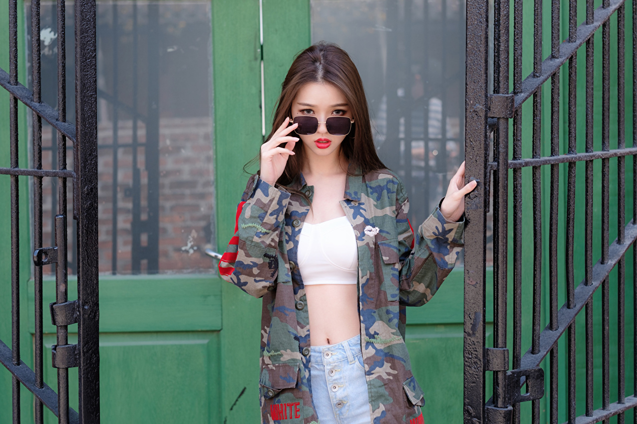 Картинки Шатенка Камуфляж Поза красивая куртке молодые женщины Азиаты Руки очках Взгляд шатенки Маскировка красивый Красивые позирует Куртка куртки Девушки куртках девушка молодая женщина азиатка азиатки рука Очки очков смотрят смотрит